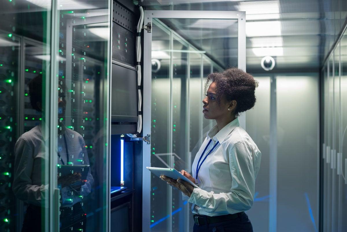 Quantum Active Scale: Frau mit Tablet in Serverraum.
